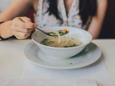 Hoe moet je soep eten?